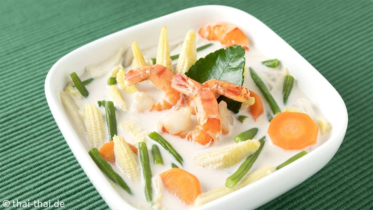 Gemuesesuppe mit Kokosmilch und Garnelen